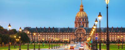 Budova Invalidovny v Paříži při západu slunce